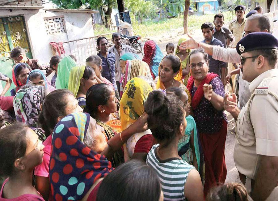 बच्ची से बलात्कार के बाद, गुजरात में बिहार और यूपी के लोगों पर हमला