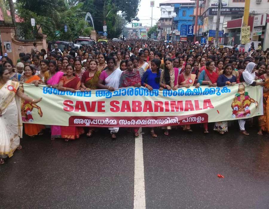 सबरीमाला मंदिर में महिलाओं के प्रवेश के विरोध में सड़कों पर उतरे लोग, किया प्रदर्शन