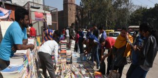 Neki kar dariya me daal: Delhi street vendors' livelihood undermined by institutional practices